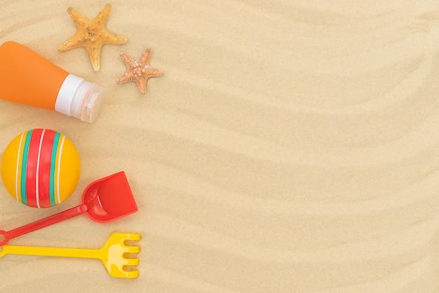 Zomer strand achtergrond met kinderspeelgoed zonnebrandcrème en zeesterren op het zand