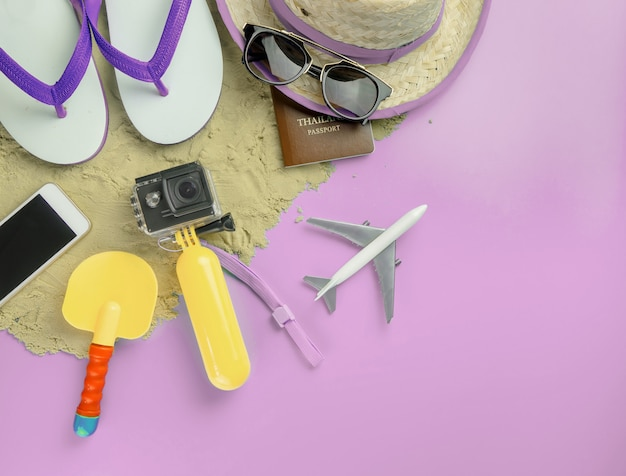 Zomer strand eiland reizen mode gadgets en speelgoed op roze kopie ruimte