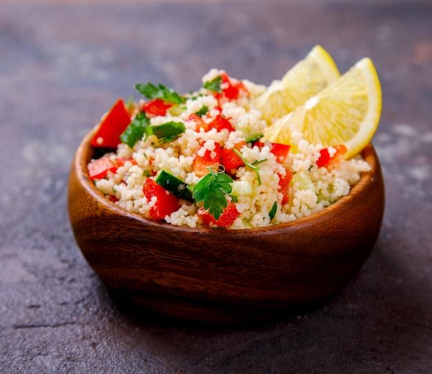 Zomer tabbouleh-salade met couscous.
