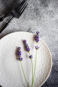 Zomer tabel instelling met lavendel bloemen