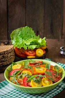 Zomer tomatensalade met basilicum, pesto en rucola