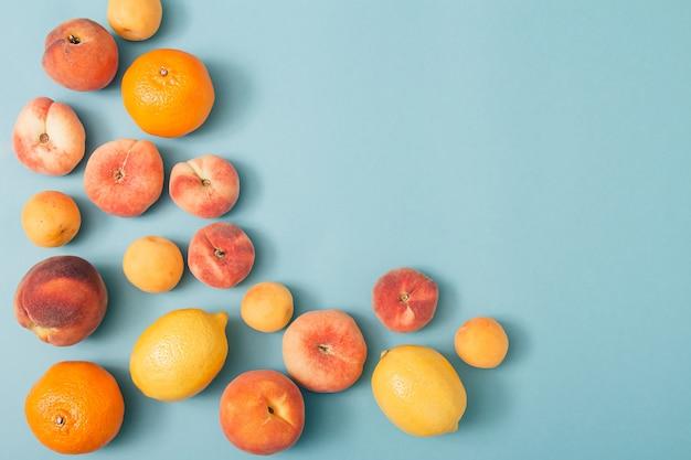 Zomer tropische compositie met biologisch fruit op pastelblauwe achtergrond. minimale natuurlijke plat leggen.