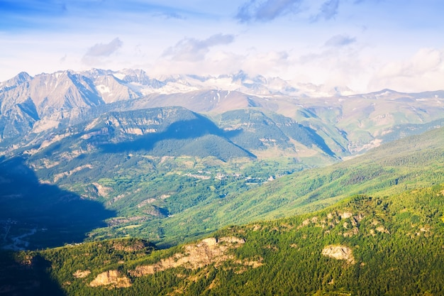 Zomer uitzicht op de bergen van de pyreneeën