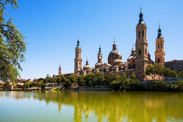 Zomer uitzicht op de kathedraal in zaragoza