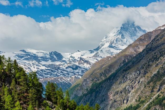 Zomer uitzicht op de matterhorn (alpen, zwitserland, buitenwijken van zermatt)