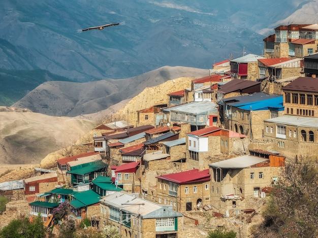 Zomer uitzicht op de stad op de rots. authentiek dagestani bergdorp choh. rusland.