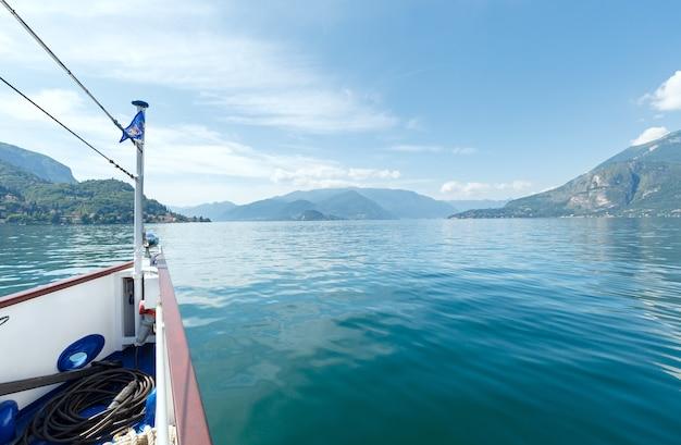 Zomer uitzicht op het comomeer (italië) vanaf de scheepsboord