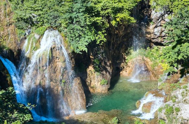Zomer uitzicht op watervallen in plitvice lakes national park (kroatië)
