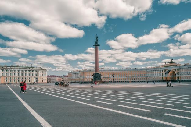 Zomer uitzicht op winter palace plein met vervoer en paarden in sint-petersburg.