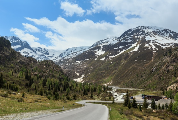 Zomer uitzicht vanaf de weg naar kaunertal gletscher (oostenrijk, tirol).