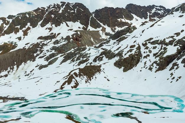 Zomer uitzicht vanaf de weg naar kaunertal gletscher (oostenrijk, tirol)