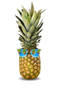 Zomer vakantie concept. verse ananas met zonnebril en palmen reflectie geïsoleerd op een witte achtergrond.