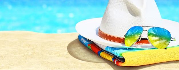 Zomer vakantie concept. zonnebril met oceaanstrand en palmen.