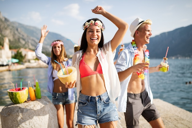 Zomer, vakantie, feest, mensen concept. groep vrienden die plezier hebben en feesten op het strand.