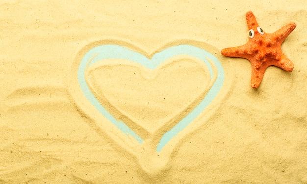Zomer, vakantie op het strand bij de zee-achtergrond. zee- en oceaanschelpen op het zand van het strand bij zonnig zomerweer. zee, oceaan en ontspanning backgarund.