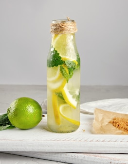 Zomer verfrissende drankje limonade met citroenen