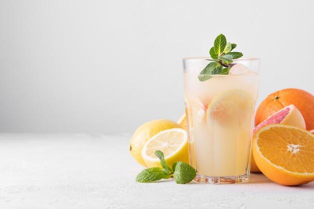 Zomer verfrissende limonade met munt op een lichte achtergrond.