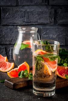 Zomer verfrissing detox waterdrank met roze grapefruit en verse munt