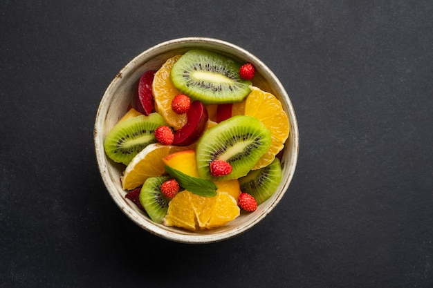 Zomer verse kom met kleurrijke fruitsalade