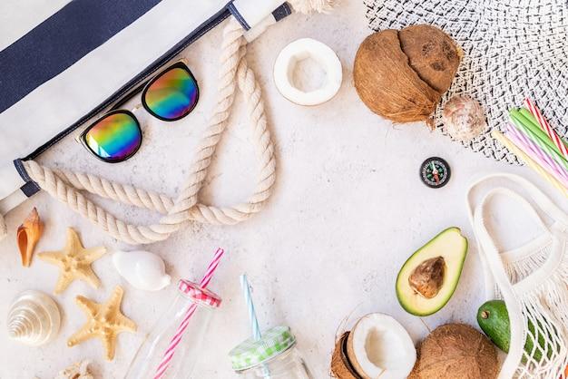 Zomer vibes plat liggen. strand hoed, zonnebril en fruit bovenaanzicht met kopie ruimte