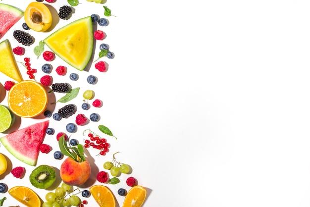 Zomer vitamine voedsel concept, diverse fruit en bessen watermeloen perzik pruim abrikozen bosbessen, plat lag op witte achtergrond bovenaanzicht kopie