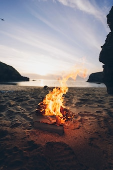 Zomer vreugdevuur aan het strand in wales