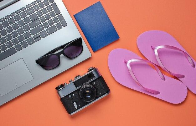 Zomer vrijetijdsbesteding. zomertijd ontspannen. laptop en strandtoebehoren op koraalachtergrond. studio kort. strand object.