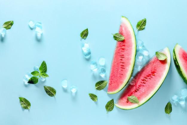 Zomer watermeloen achtergrond, warmte koeler concept, flatlay compositie