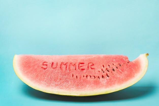 Zomer woord gesneden op watermeloen