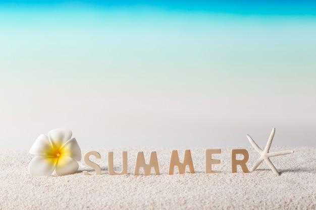 Zomer woord op tropisch strand