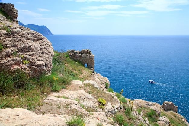 Zomer zeezicht vanaf genuese fort aan de kust van balaclava (ð¡rimea, oekraïne)