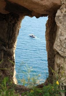 Zomer zeezicht vanuit het raam van de oude genuese vestingruïnes (kust van balaclava town, krim, oekraïne)