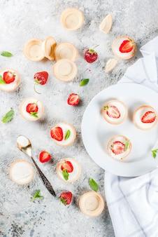 Zomer zoet zelfgemaakt dessert, mini-cheesecakes