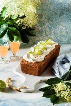 Zomer zoete broodcake op een tafel met bloemen en een drankje in glazen. dessert voor brunch of ochtendontbijt