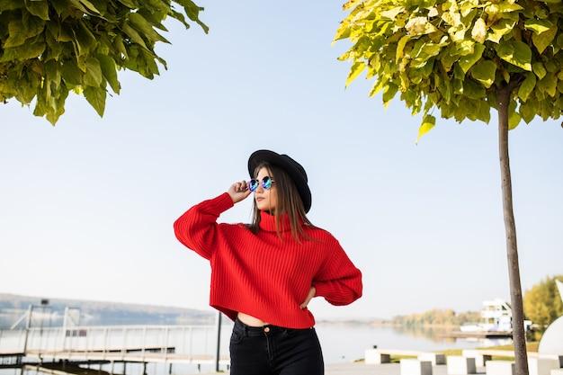 Zomer zonnige levensstijl mode portret van jonge stijlvolle hipster vrouw lopen op straat