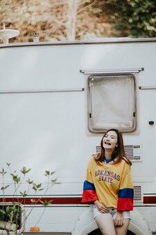 Zomer zonnige levensstijl mode portret van jonge vrouw genieten van weekends, reizen