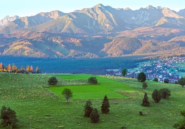 Zomer zonsopgang bergdorp buitenwijken uitzicht en tatra bereik achter gliczarow dolny in vallei