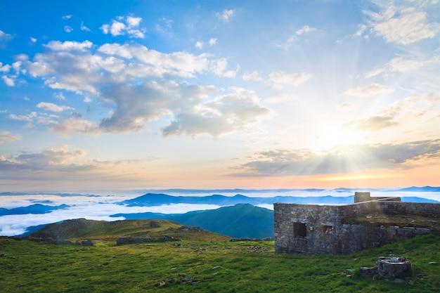 Zomer zonsopgang observatorium ruïnes uitzicht op pip ivan bergtop (chornogora ridge, karpaten, oekraïne)