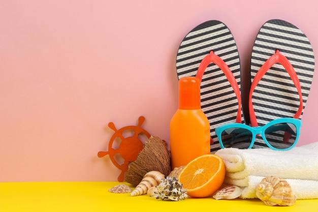 Zomeraccessoires met zonnebril, slippers en schelpen