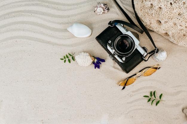Zomerartikelen, accessoire in vakantieseizoen op gekleurde muur.