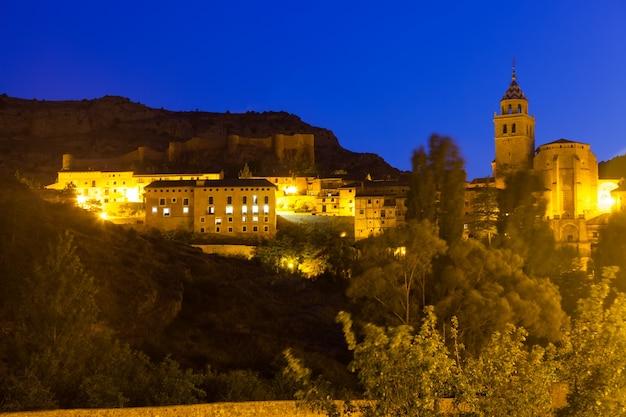 Zomeravond uitzicht op albarracin met kerk