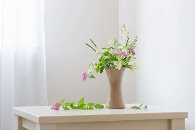 Zomerbloemen in vaas op tafel