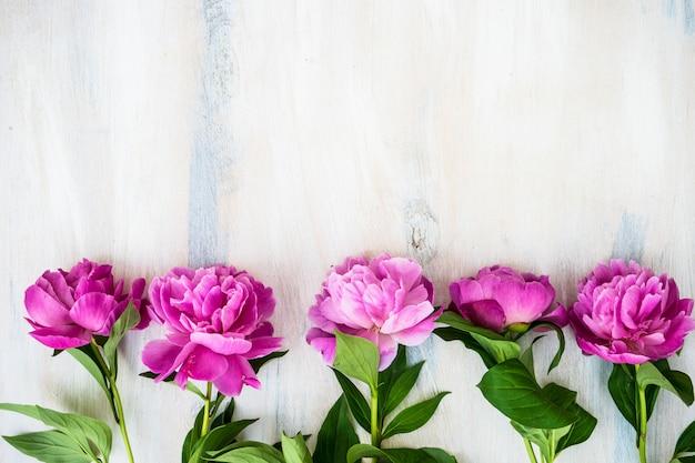 Zomerbloemen met pioen