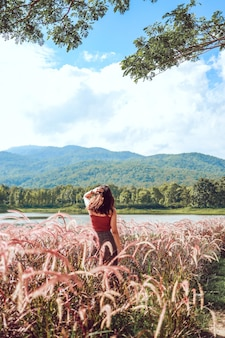 Zomerbloemen mooi. jonge aziatische vrouwen fantastische aard die op de zomerzon op weidevakantie wachten
