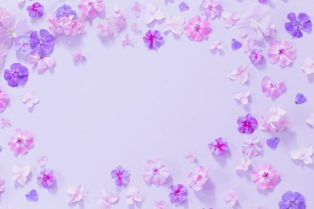 Zomerbloemen op papier Premium Foto