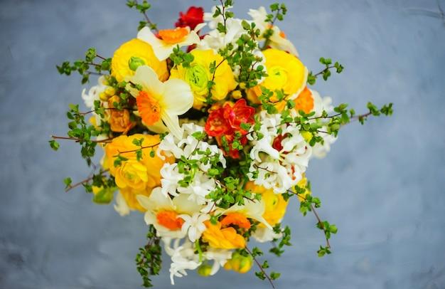 Zomerboeket met felgele en witte bloemen