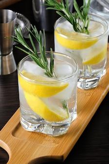Zomercocktail met een witte port gemengd met droge of zoete wijn met en enkele druppels citroen