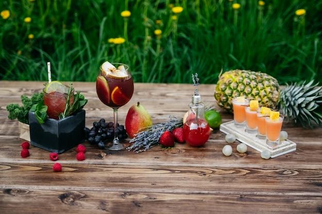 Zomercocktails met fruit op houten tafel