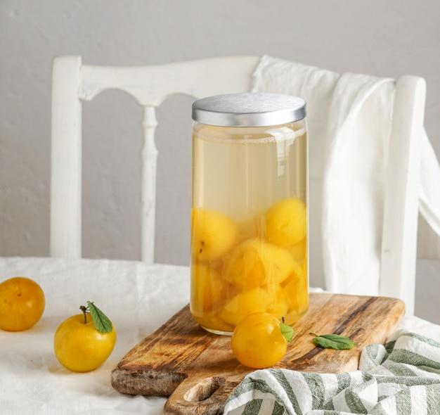 Zomercompote van gele pruimen. conservering in een glazen pot. voorbereidingen voor de winter, voor toekomstig gebruik