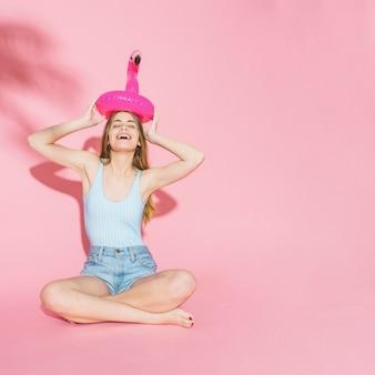 Zomerconcept met meisje en opblaasbare flamingo